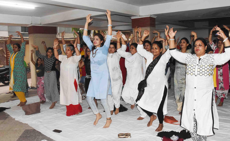 नृत्यांगन हॉबी सेंटर के निःशुल्क योग  शिविर में सैकड़ों लोग हुए शामिल