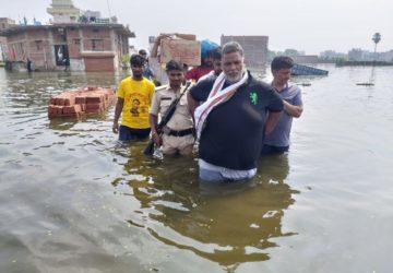 पीडि़तों की मदद को नेपाली नगर पहुंचे पप्पू यादव ने  जरूरतमंदों को अपने कपड़े तक उतार कर दे दिए
