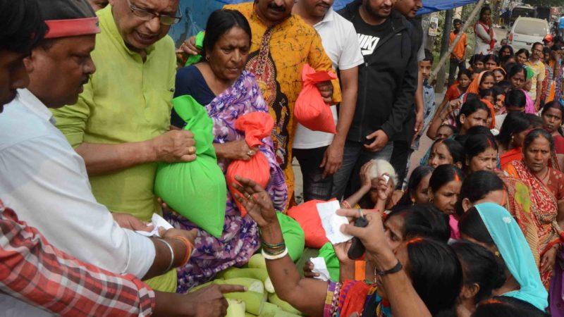 काॅग्रेस मैदान राेड में जागृति छात्र संघ की अाेर से छठ पूजा के  नहाए खाए के सुबह  251 छठ व्रर्तियाें के बीच गेहॅू , चावल, अाैर कद्दू  का   वितरण करते अपने सहयाेगी कार्यकर्ता  अाशीष सिन्हा ,  राकेश कुमार चुन्नू,विशाल गप्पू, ऋषि राजपुरी, सुधीर शर्मा ,सतेन्द्र कमार राजू, लुनठुन, मनिष कुमार, रामाशंकर प्रसाद  के साथ  स्थानीय पार्षद प्रमिला वर्मा के साथ विधायक अरूणा कुमार सिन्हा