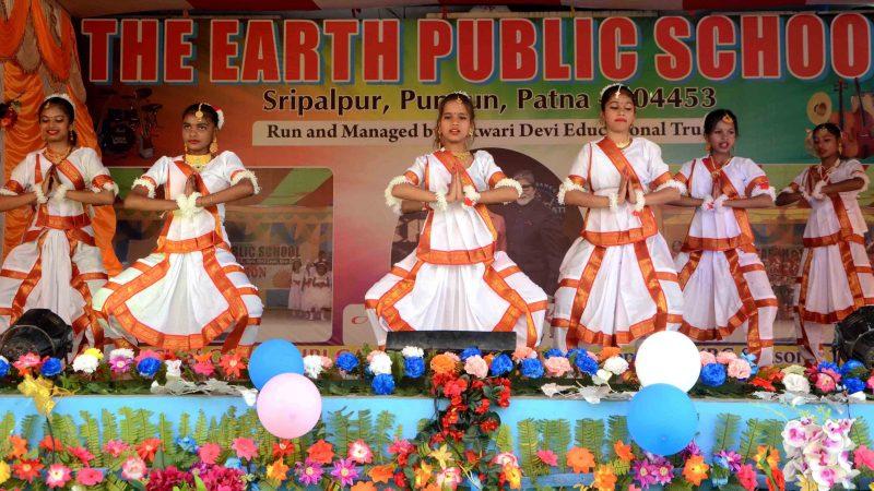 द अर्थ पब्लिक स्कूल के वार्षिकोत्सव का रंगारंग आयोजन