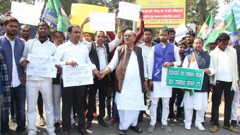अनिल कुमार की मानव श्रृंखला को मिला पूर्व मंत्री नरेंद्र सिंह का साथ, कहा – मौलिक सवालों से ध्यान भटका रही सरकार