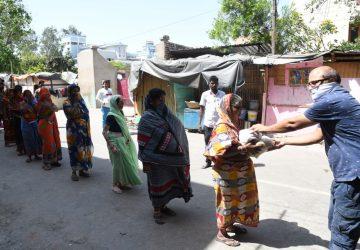 250 से अधिक जरूरतमंद लोगों के बीच निरहुआ ने बंटवाया राशन, कहा – मुसीबत में हम साथ हैं