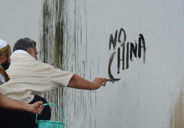 पप्पू यादव ने चीनी विज्ञापन पर पोती कालिख   चीनी कम्पनियों के विज्ञापन को हटाने जे सी बी पर चढ़े पप्प...