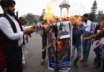 जन अधिकार छात्र परिषद् ने सलमान खान और करण जौहर का पुतला फूंका