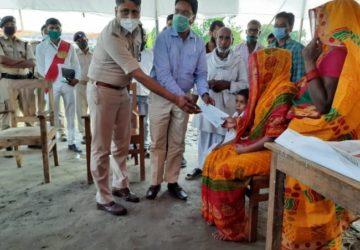 बलिदानी कुंदन की पत्नी वीरांगना बेबी को DM, SP ने गाँव जाकर सौंपा 36 लाख रुपये की राशि का चेक, हर सम...