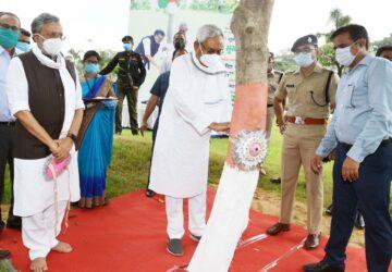 मुख्यमंत्री श्री नीतीश कुमार ने रक्षा बंधन  के पावन अवसर पर आज पटना स्थित राजधानी वाटिका-2 में वृक्ष...