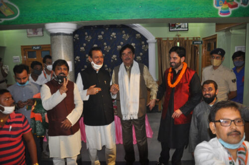 <b>shatrughn sinha visits gardanibag with luv sinha congess candidate for Bihar assembly elections</b>