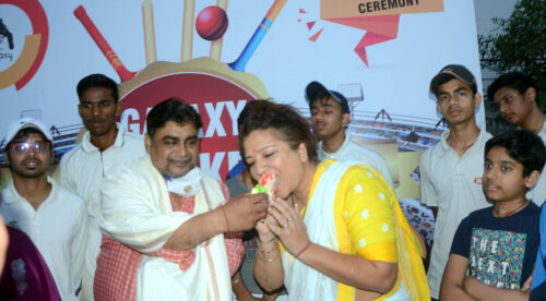 <b>इशान किशन के पिता प्रणव पांडे; से केक कटवाकर दी बधाई</b>