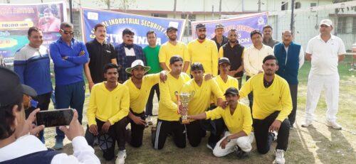 <b>अझत एलेवन और सी .आई .एस .एफ के जवान के बीच  क्रिकेट</b>