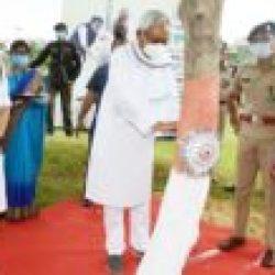 मुख्यमंत्री श्री नीतीश कुमार ने रक्षा बंधन  के पावन अवसर पर आज पटना स्थित राजधानी वाटिका-2 में वृक्ष को  रक्षा सूत्र बांधा