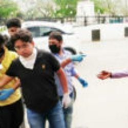 विक्की गुप्ता अपने और अपने दोस्तों की मदद से भूखों  को  खाना बांटता है