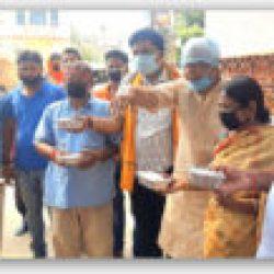 विधायक अरूण कुमार सिन्हा तथा पटना नगर निगम वार्ड पार्षद प्रमिला वर्मा ने किया जरूरतमंदों के बीच खाना  वितरण